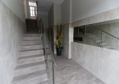 Proyecto de solución de accesibilidad en un portal de Galdakao. Baja de ascensor cota cero y reforma integral de portal y caja de escalera.